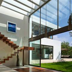P& B : Pasillos y recibidores de estilo  por Micheas Arquitectos