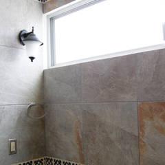 Phòng tắm phong cách thực dân bởi Itech Kali Thực dân