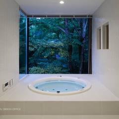 035カルイザワハウス: atelier137 ARCHITECTURAL DESIGN OFFICEが手掛けた浴室です。,モダン タイル
