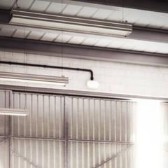 particolare ambiente: Garage/Rimessa in stile  di Arienti Design