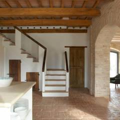 Blick von der Küche auf die neue Treppe.:  Flur & Diele von v. Bismarck Architekt