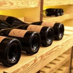 WEINKELLER. Erlesene Ruheplätze für exquisite Gewächse.: klassischer Weinkeller von DESIGNWERK Christl