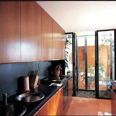 Casa Eng. Raimundo Delgado: Cozinhas  por C. PRATA ARQUITETOS