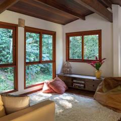 Salas / recibidores de estilo  por Lucia Manzano, Rústico