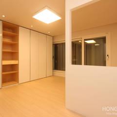 넓은 공간 속 최적화 된 디자인.: 홍예디자인의  아이방,모던