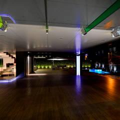 Zona de garaje y de esparcimiento: Garajes de estilo  de Duart-Vila Arquitectes S.L.P.
