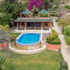 Jardin / piscina / Pabellón (vista desde el solarium de la casa principal): Spa de estilo  de Hansen Properties