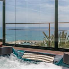 Jacuzzi con vistas panorámicas en el solarium.: Spa de estilo  de Hansen Properties