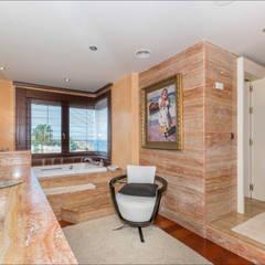 Baño de dormitorio principal: Baños de estilo  de Hansen Properties