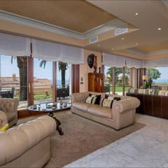 Salon principal: Salones de estilo  de Hansen Properties