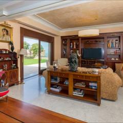 Villa de lujo en Málaga con toques tropicales: Salas multimedia de estilo  de Hansen Properties