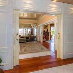 Entrada al salon: Salones de estilo  de Hansen Properties