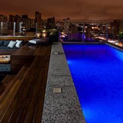 สระว่ายน้ำ โดย Monica Rio Verde Paisagismo,