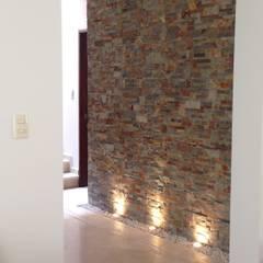 Remodelación Casa Habitación Interlomas, Huixquilucan Estado de México: Pasillos y recibidores de estilo  por Alejandra Zavala P.