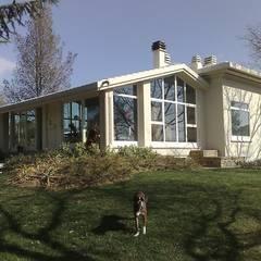 Soggiorno in giardino: Giardino d'inverno in stile  di Criscione Arredamenti