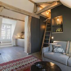 rue de rivoli 75001 PARIS: Couloir et hall d'entrée de style  par cristina velani