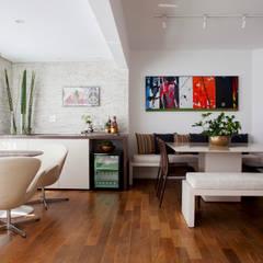 Apartamento Vila Olímpia: Salas de jantar  por Helô Marques Associados