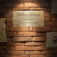 Jak stara fabryka w sercu lasu: styl , w kategorii Piwnica win zaprojektowany przez RAJEK Projektowanie Wnętrz