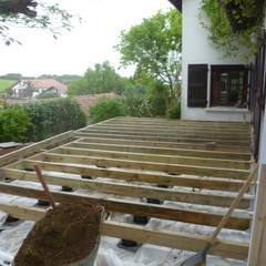 Ossature: Terrasse de style  par Atelier Etienne bois