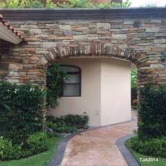 Jardines en campo de golf: Jardines de estilo topical por Tropico Jardineria