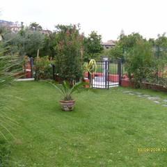 Una Casa a Massa: Giardino in stile  di Bartolomeo Fiorillo