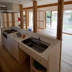 和の中心の家: 田中ナオミアトリエが手掛けたキッチンです。,