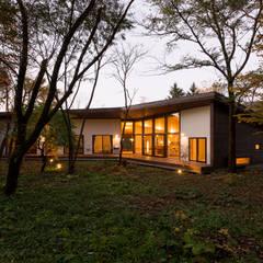 斜面を受け止める家: 株式会社sum designが手掛けた家です。,モダン