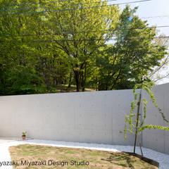 渡り廊下と屋根上デッキの家・奥庭: 宮崎豊・MDS建築研究所が手掛けた庭です。,モダン