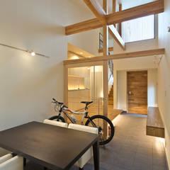 渡り廊下と屋根上デッキの家・エントランス土間スペース: 宮崎豊・MDS建築研究所が手掛けた和室です。,モダン
