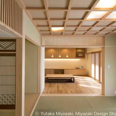 渡り廊下と屋根上デッキの家・和室: 宮崎豊・MDS建築研究所が手掛けたリビングです。,オリジナル