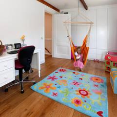Bijzondere kinderverdieping:  Kinderkamer door Studio evo, Modern