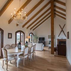 Salón con techo catedralicio: Salones de estilo  de Canexel