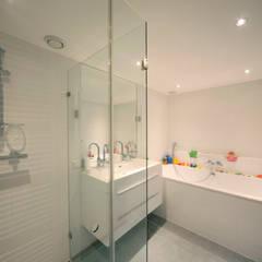 Bijzondere kinderverdieping:  Badkamer door Studio evo, Modern