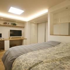 아늑한 느낌의 신혼집 인테리어: 홍예디자인의  침실