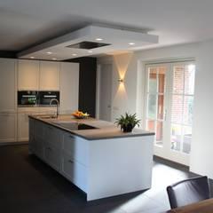 Modern kookeiland:  Keuken door Tinnemans Keukens