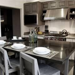 Isla de cocina, bancos y frentes de puertas hechos a la medida.: Cocinas de estilo  por Quinto Distrito Arquitectura