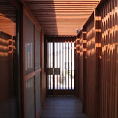 Corridor & hallway by 有限会社 アルケ・スナン建築研究所, Eclectic