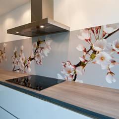 "Keuken achterwand ""Blossom"" op Pimp Solid materiaal: moderne Keuken door PimpYourKitchen"
