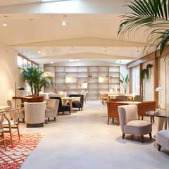 interiores con plantas en el Hotel Margot, Barcelona: Salones de estilo  de Asilvestrada