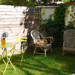 COCON VINTAGE: Jardin de style  par Agence Laurent Cayron