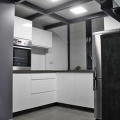 Single loft -- Lofty u Scheiblera, Łódź -- weloftdesign.com Nowoczesna kuchnia od WE LOFT DESIGN Nowoczesny