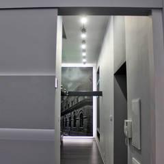 Single loft -- Lofty u Scheiblera, Łódź -- weloftdesign.com Minimalistyczny korytarz, przedpokój i schody od WE LOFT DESIGN Minimalistyczny