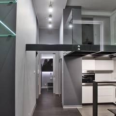 Single loft -- Lofty u Scheiblera , Łódź -- weloftdesign.com Nowoczesny korytarz, przedpokój i schody od WE LOFT DESIGN Nowoczesny