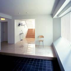 玄関: 久保田章敬建築研究所が手掛けた現代のです。,モダン