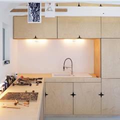 AN OLD BRETON  BARN CONVERTED INTO AN ARTIST STUDIO: Cuisine de style de style Colonial par Modal Architecture
