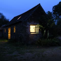 AN OLD BRETON  BARN CONVERTED INTO AN ARTIST STUDIO: Maisons de style  par Modal Architecture