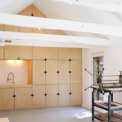 AN OLD BRETON  BARN CONVERTED INTO AN ARTIST STUDIO: Cuisine de style  par Modal Architecture