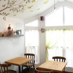 カフェ店内のしっくい壁&天井: 有限会社 八幡工業 ナチュラワイズが手掛けたレストランです。