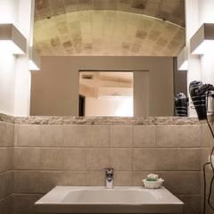 Bathroom by B+P architetti, Mediterranean