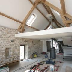 Rénovation d'une longère à Plouhinec: Salon de style  par LE LAY Jean-Charles
